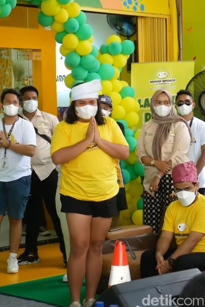 Selebgram Keanu Agl dikritik gegara memadukan Tanjak Melayu dengan hot pants. (Foto: Istimewa)