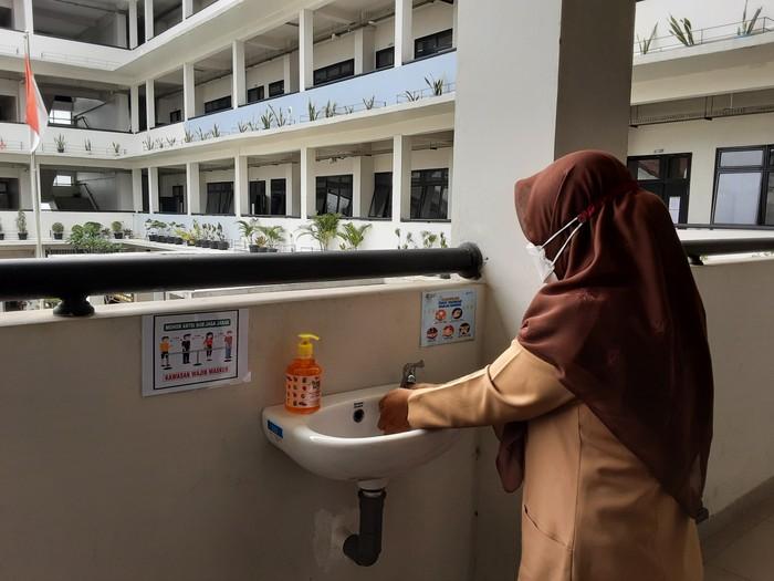 Siswa SMKN 6 Jakarta mencuci tangan di wastafel yang disediakan di depan kelas