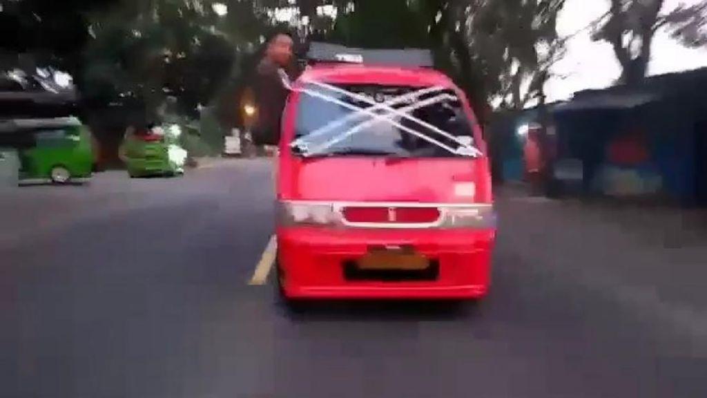 Aksi Ugal-ugalan Sopir Angkot Berujung Kecelakaan Fatal, 5 Orang Luka
