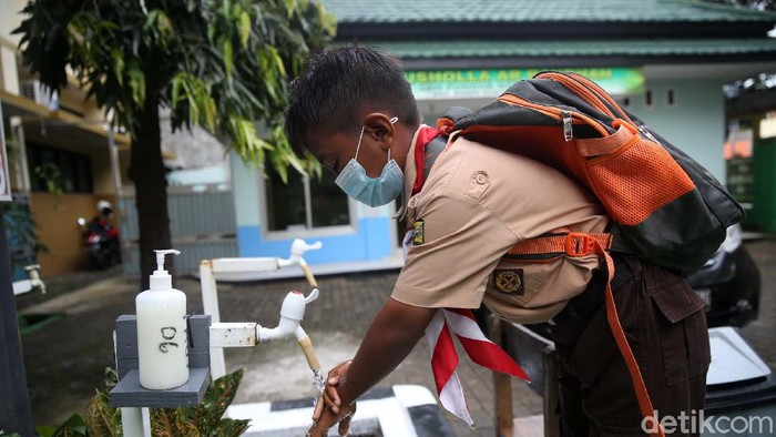 Hari ini merupakan hari pertama uji coba sekolah tatap muka di DKI Jakarta. Salah satunya di SDN Pondok Kelapa 05 Pagi, Jakarta.