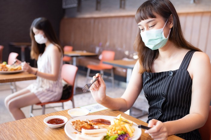 Sudah Vaksin Covid-19, Apa Benar Jadi Aman Makan di Restoran?