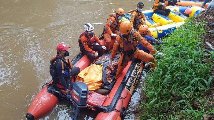 Tim SAR evakuasi remaja tenggelam di Kali Pesanggrahan yang ditemukan tewas