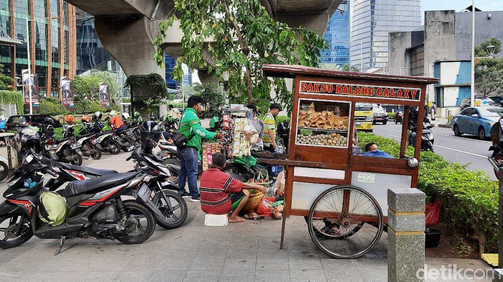 Ramai Pemotor di Atas Trotoar Kuningan Jaksel, Penjual Bakso Ikut Jualan