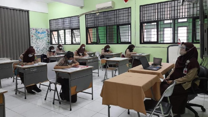 Uji coba sekolah tatap muka di SMK 15 Jakarta (Foto: Tiara/detikcom)