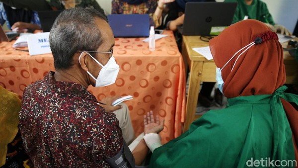 Petugas juga mengecek tekanan darah para guru yang akan divaksinasi.