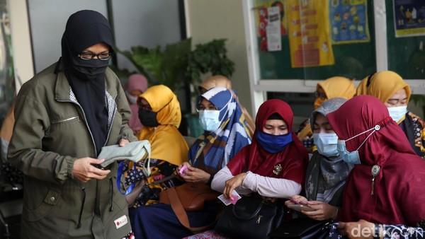 Menteri Pendidikan dan Kebudayaan Nadiem Makarim menyebut vaksinasi guru ditargetkan selesai di akhir Juni 2021.