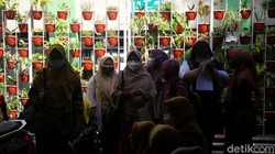 Vaksinasi terhadap guru terus dilanjutkan. Kali ini sebanyak 288 guru mendapatkan vaksin dosis pertama di Puskesmas Jatiasih, Kota Bekasi, Jawa Barat.