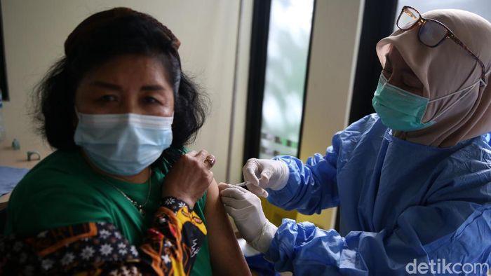 Guru mendapatkan vaksin COVID 19 dosis pertama di Puskesmas Jatiasih, Kota Bekasi, Jawa Barat, Kamis (8/4/2021). Sebanyak 288 guru mendapatkan vaksin dosis pertama hari ini.