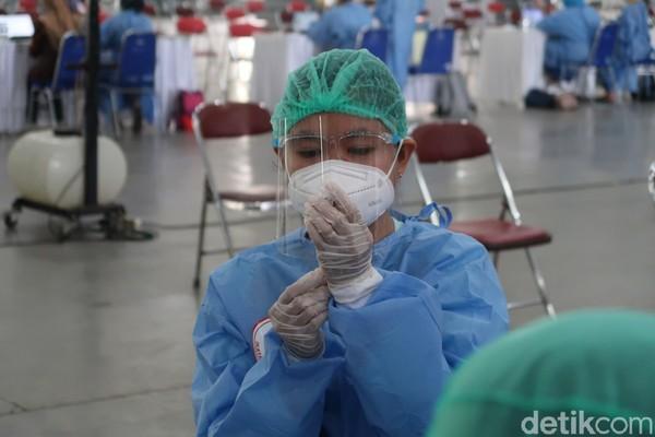 Tenaga medis sedang mempersiapkan vaksin untuk abdi dalem.