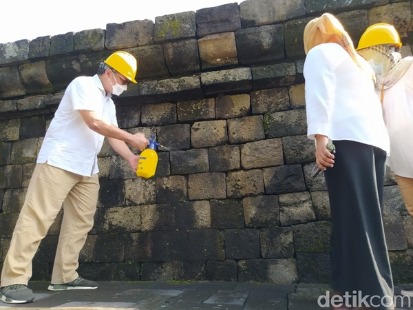 Balai Konservasi Borobudur (BKB), melakukan penyemprotan minyak atsiri pada batuan candi untuk menghilangkan lumut.