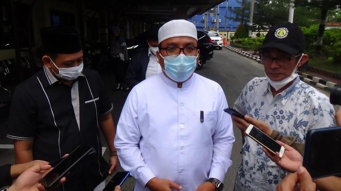 Denny Indrayana usai membuat laporan polisi di Polda Kalsel, Banjarmasin, Kamis (8/4/2021).