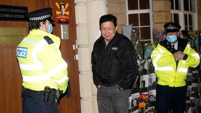 Dubes Myanmar untuk Inggris, Kyaw Zwar Minn, tak bisa masuk ke kantornya di London. (Niklas Halle'n/AFP/Getty Images)