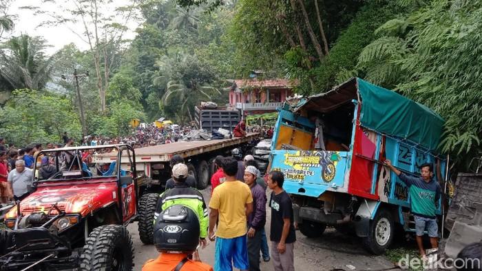 Kecelakaan lalu lintas terjadi di Jalan Purworejo-Magelang, Purworejo, Jawa Tengah. Satu orang meninggal sedangkan belasan lain luka-luka dalam peristiwa itu.