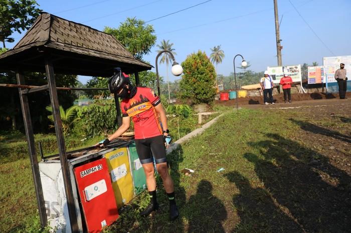 Gubernur Jawa Tengah Ganjar Pranowo memantau proyek penataan Kawasan Candi Borobudur dengan melakukan gowes keliling Magelang.