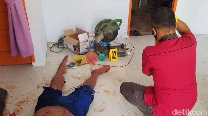 Warga di Jalan Teropong yang berada dk perbatasan Kampar-Pekanbaru, Riau dibuat geger penemuan tukang dalam kondisi sekarat. Salah satunya bahkan meninggal.