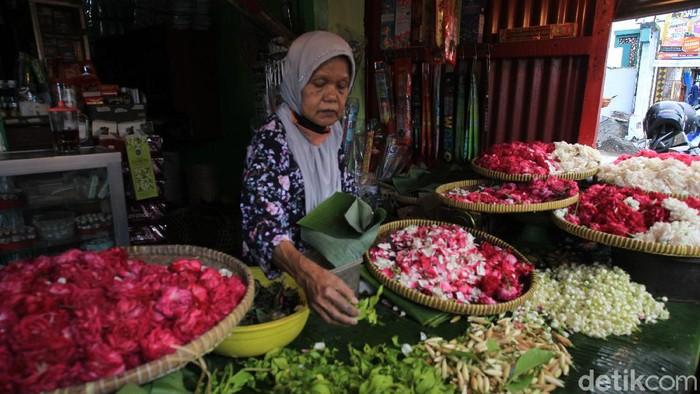 Jelang bulan suci Ramadhan, penjualan bunga tabur untuk ziarah terus meningkat. Salah satunya di kawasan Bantul, Yogyakarta.