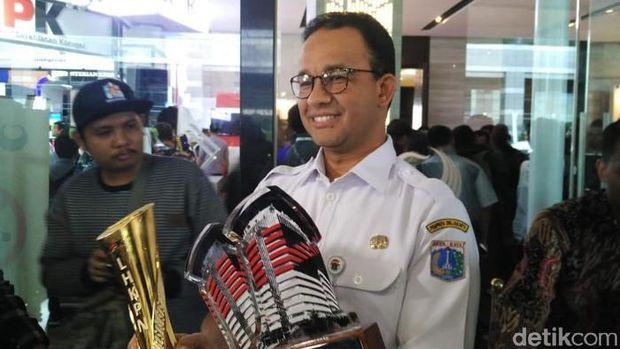Gubernur DKI Jakarta Anies Baswedan menerima penghargaan atas Laporan Harta Kekayaan Penyelenggara Negara (LHKPN), gratifikasi, serta aplikasi pelayanan publik. (Fida/detikcom)