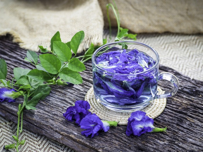 5 Racikan Infused Water Berbahan Bunga yang Kaya Manfaat