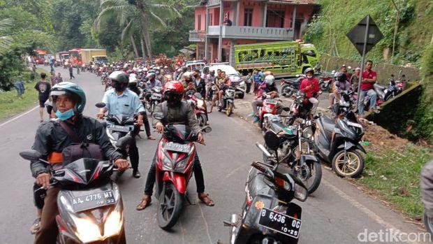 Jalan Magelang-Purworejo macet total gegara kecelakaan truk-mobil, Kamis (8/4/2021).