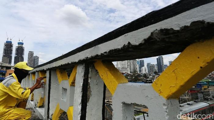 Jelang Ramadhan, jembatan Tinggi di kawasan Tanah Abang, Jakarta Pusat dipercantik dengan dicat kembali menggunakan kombinasi warna kuning, abu-abu dan hitam.