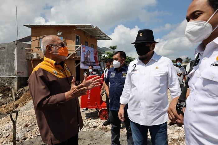 Ketua DPD RI berbincang dengan Senator asal NTT, Abraham Liyanto di Kupang pekan lalu.