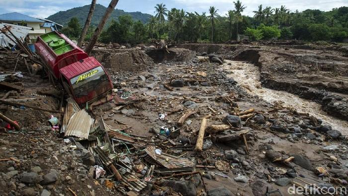 Banjir bandang menerjang sejumah wilayah di NTT pada Minggu (4/4) lalu. Tidak hanya merusak rumah, banjir itu juga menyerut sejumlah kendaraan.