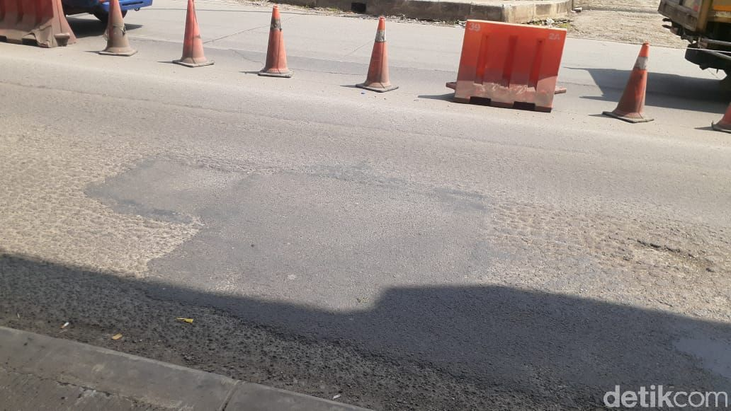 Lubang di sekitar Jl KH Noer Ali ruas sekitar Grand Kota Bintang Bekasi sudah ditambal. Kondisi 8 April 2021. (Afzal NI/detikcom)