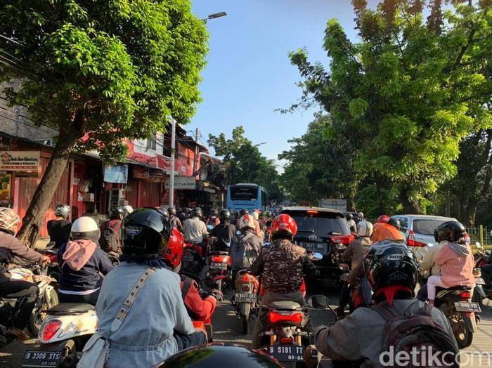 Macet jelang flyover tapalkuda, di Jl Raya Lenteng Agung, Jakarta Selatan, 8 April 2021. (Haris Fadhil/detikcom)