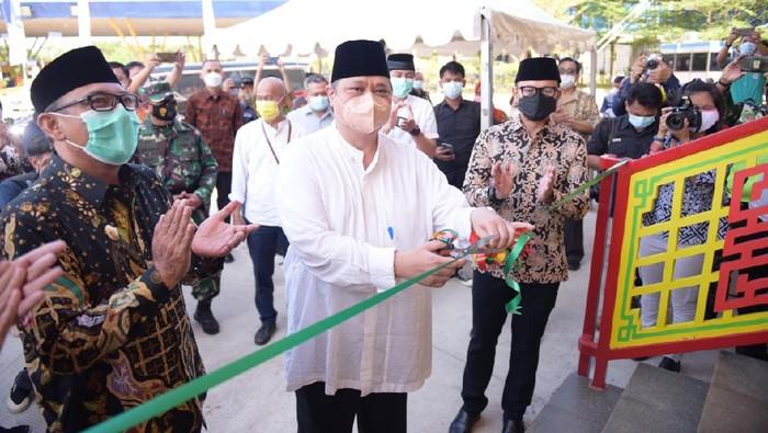 Menko Perekonomian Airlangga Hartarto meresmikan Masjid Jami Tine-Tang di Sentul Barat, Kamis (8/4/2021)