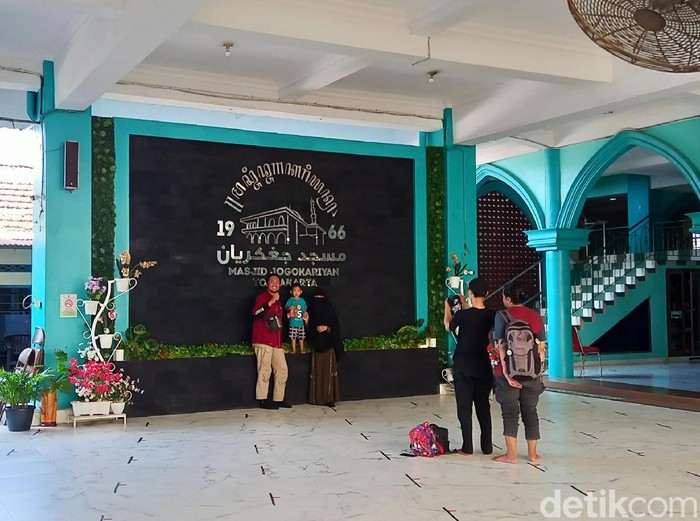 Masjid Jogokariyan Yogyakarta tetap membuka pintu bagi jemaah dari luar daerah selama Ramadhan. Namun ada syarat yang harus dipenuhi jemaah dari luar kota yakni harus melaksanakan tes GeNose yang sudah disediakan pihak masjid.