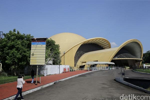 Theater IMAX Keong Emas adalah gedung teater berbentuk keong mas raksasa tempat pemutaran dan pertunjukan film khusus berteknologi canggih. Ada banyak film menarik yang ditayangkan di sini. Sensasi menontonnya juga sangat mengesankan, karena layarnya yang besar dan teknologi IMAX-nya yang canggih. (Grandyos Zafna/detikcom)