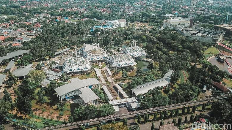 Presiden Jokowi mengambil alih pengelolaan Taman Mini Indonesia Indah (TMII) dari yayasan keluarga Soeharto kembali ke negara.
