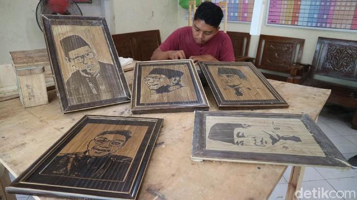 Seorang pemuda di Kudus menyulap limbah bambu menjadi barang ekonomis. Uniknya bambu itu diukir lukisan wajah tokoh nasional. Seperti apa hasilnya?