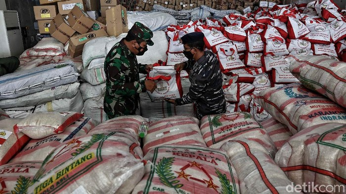 TNI AL memberikan bantuan berupa air mineral, mie instan, bahan makanan, selimut, pakaian dan obat-obatan untuk para korban bencana di NTT.