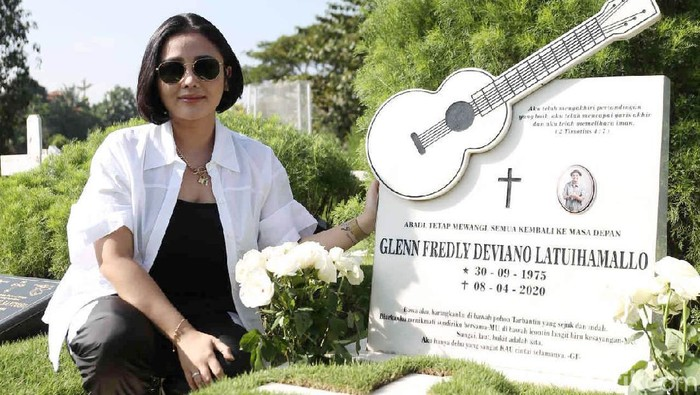 Mutia Ayu saat berkunjung ke makam Glenn Fredly di TPU Tanah Kusir.