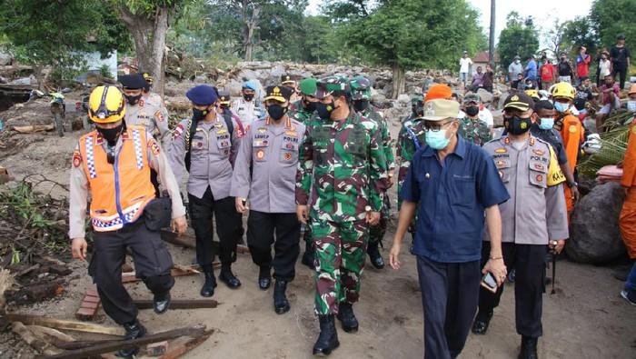 Panglima TNI Marsekal TNI Hadi Tjahjanto dan Kapolri Jenderal Listyo SIgit Prabowo cek wIlayah terdampak banjir bandang di Adonara dan Lembata
