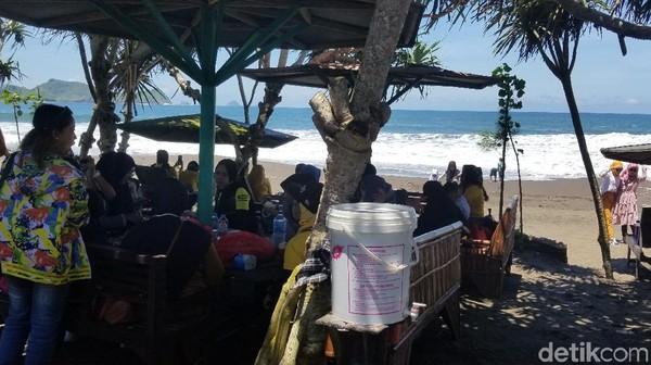 Tak ketinggalan dengan payung untuk melindungi diri dari sengatan sinar matahari langsung. Menjadikan Pantai Watu Ulo tidak jauh berbeda dengan pantai Kuta atau Jimbaran di Bali.