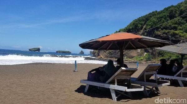 Wisata pantai Watu Ulo ini berada di Desa Sumberejo, Kecamatan Ambulu. Jaraknya, sekitar 30 km arah selatan pusat kota Jember. Pada hari libur, apalagi weekend, Pantai Watu Ulo selalu ramai wisatawan.