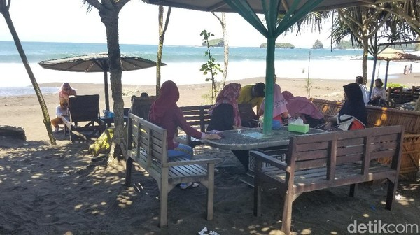 Di tepi pantai, banyak warung berjajar menyediakan berbagai macam makanan dan minuman. Pengelola warung juga menyediakan kursi-kursi di tepi pantai. Jangan takut kelaparan ya guys!