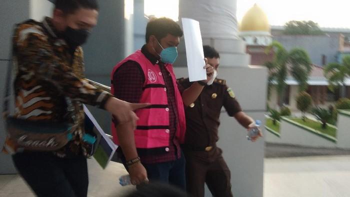 Pegawai Bank Sulselbar Ditahan Kejati Sulsel di kasus Kredit Fiktif Rp 25 M (Foto: Hermawan/detikcom)