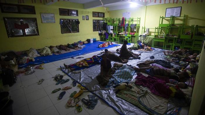 Sejumlah pengungsi banjir bandang beristirahat di posko pengungsian MAN 2 Weiwerang, Adonara Timur, Kabupaten Flores Timur, Nusa Tenggara Timur, Rabu (7/4/2021). Berdasarkan data Badan Nasional Penanggulangan Bencana (BNPB), terdapat 18 tempat pengungsian di enam kabupaten yang menampung pengungsi bencana alam yang dipicu akibat dari siklon tropis Seroja. ANTARA FOTO/Aditya Pradana Putra/rwa.