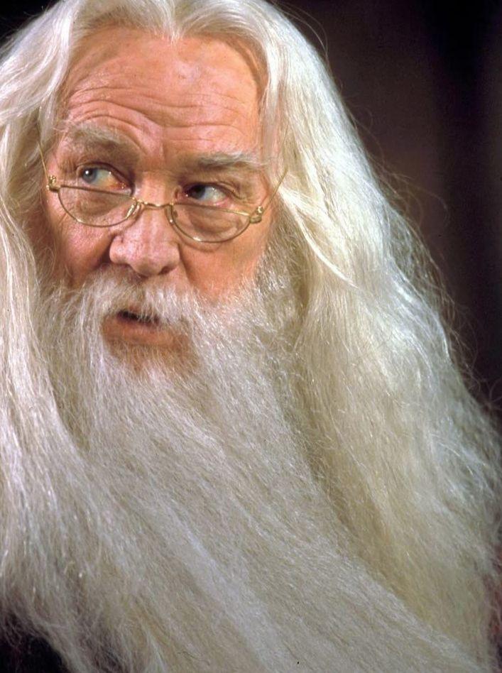 Richard Harris pemeran Albus Dumbledore.