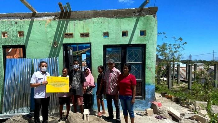 Seorang warga melihat atap rumahnya yang jatuh akibat diterjang angin kencang di Kota Kupang, NTT, Senin (5/4/2021). BMKG menyebutkan angin kencang dengan kecepatan 45 knot per jam yang terjadi sejak Minggu (4/4) hingga Senin (5/4) tersebut menghancurkan ribuan rumah, menumbangkan sejumlah pohon sehingga mengakibatkan kota Kupang lumpuh total hingga sore ini. ANTARA FOTO/Kornelis Kaha/wsj.