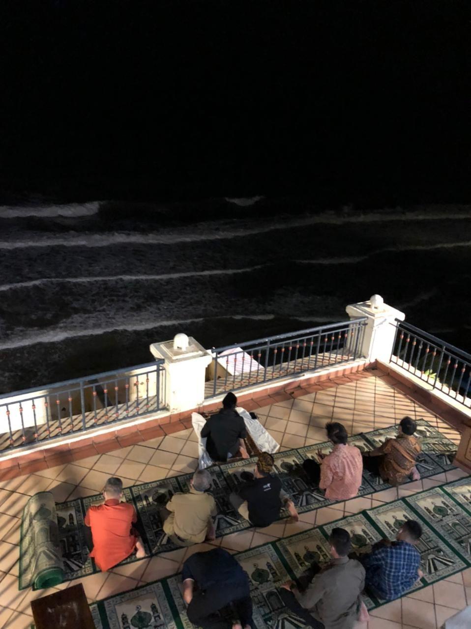 Salat Isya di Hotel yang Katanya Berhantu di Anyer, Sandiaga Uno Merinding