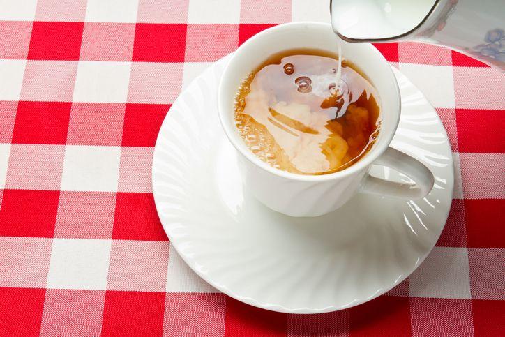 Ahli ini ungkap cara membuat teh susu agar lebih nikmat, tuangkan susu terlebih dahulu baru tehnya.
