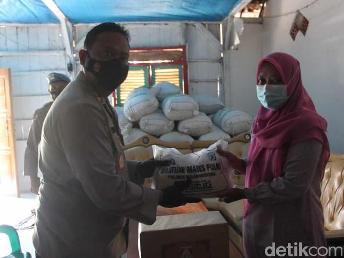 Terduga teroris berinisial AP ditangkap Densus 88 di Desa Tumpangkrasak, Kecamatan Jati, Kudus, Jawa Tengah. Kini keluarganya dibina untuk setia pada NKRI.