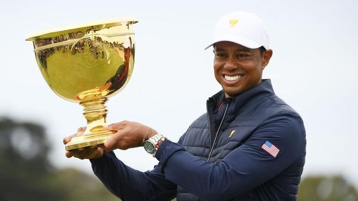 MELBOURNE, AUSTRALIA - DECEMBER 15:  Playing Captain Tiger Woods of the United States team celebrates with the cup after they defeated the International team 16-14 during Sunday Singles matches on day four of the 2019 Presidents Cup at Royal Melbourne Golf Course on December 15, 2019 in Melbourne, Australia. (Photo by Quinn Rooney/Getty Images)