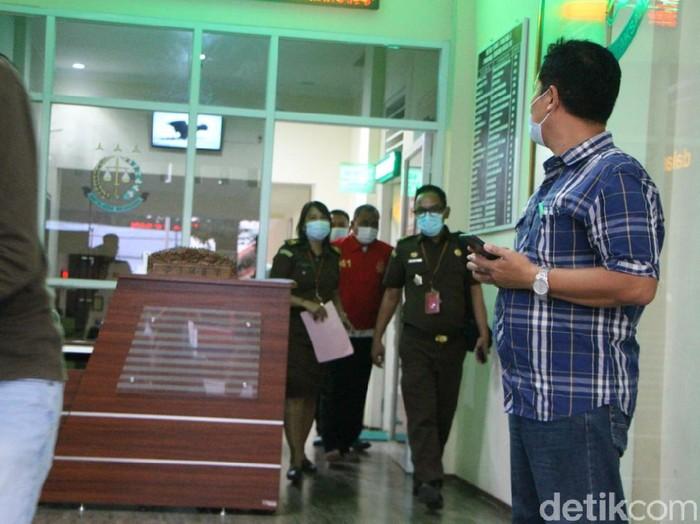 Tim Tabur Kejaksaan Negeri (Kejari) Pati menangkap eks Direktur PD BPR BKK Dukuhseti, terpidana korupsi yang buron selama sekitar 15 tahun, Kamis (8/4/2021).