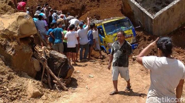TKP longsor yang menimbun seorang penambang pasir di Desa Dilem, Kemiri, Purworejo, Kamis (8/4/2021).
