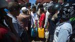 Warga Korban Banjir NTT Antre BBM
